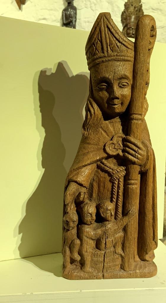 A 17TH CENTURY OAK SCULPTURE OF ST NICHOLAS.