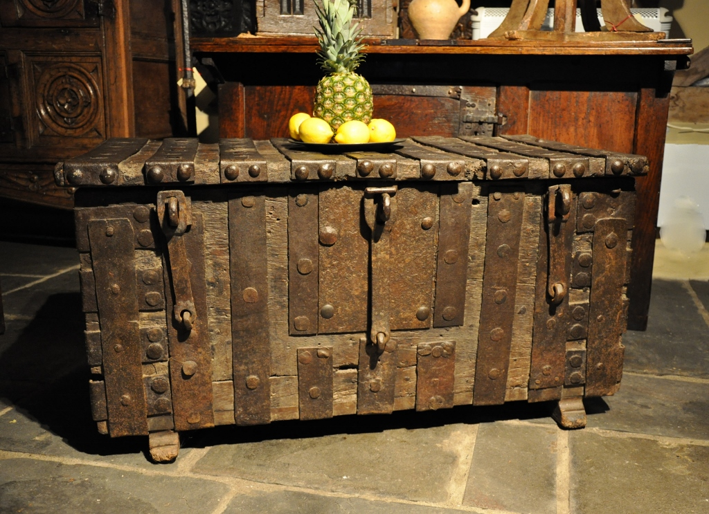 A EARLY 15TH CENTURY MEDIEVAL OAK AND IRONBOUND STRONG CHEST. CIRCA 1430.