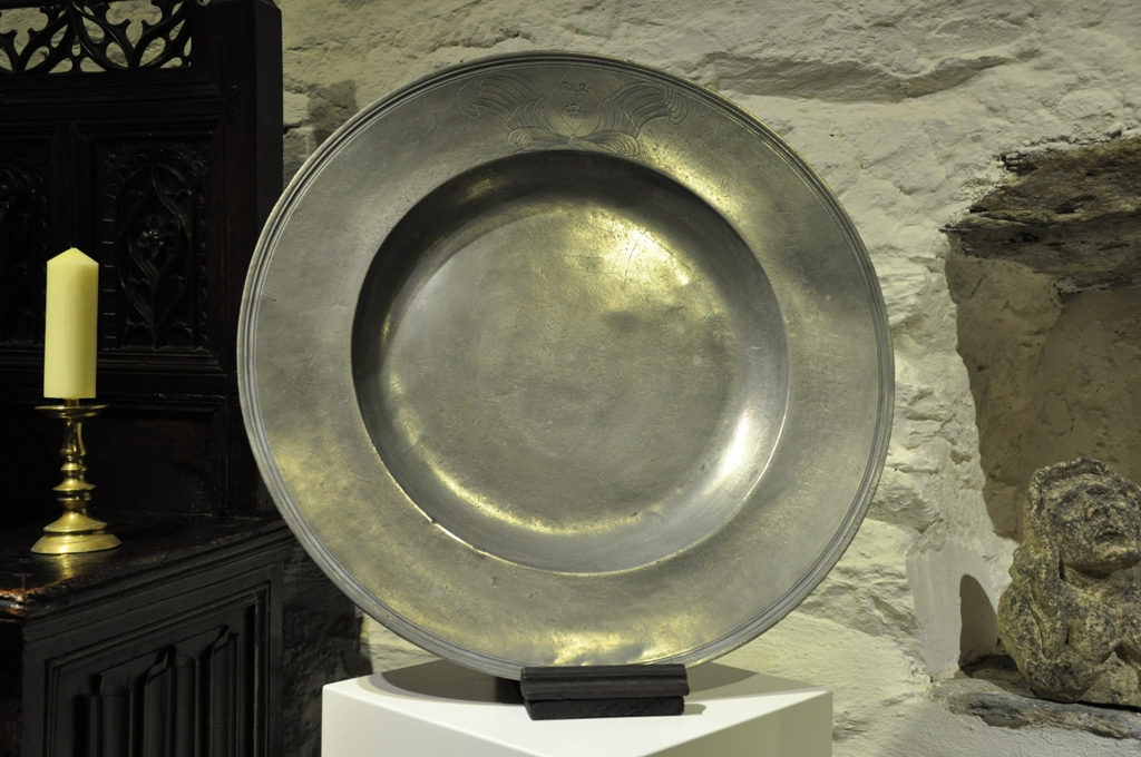A FINE AND LARGE ENGLISH TRIPLE REEDED PEWTER CHARGER. BY JOHN HOWARD. CIRCA 1680.