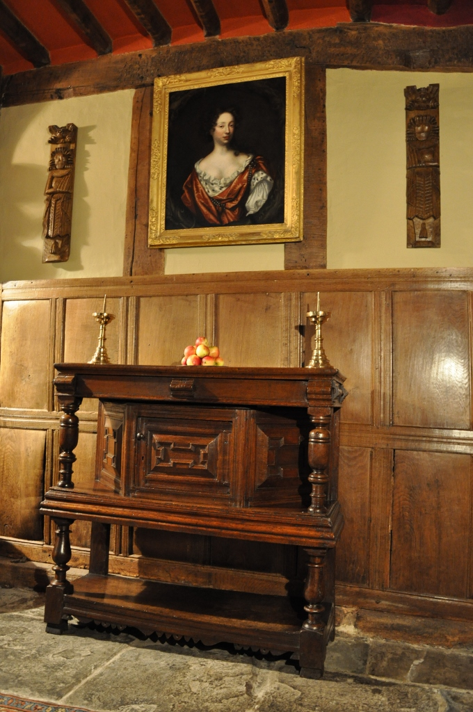 A FINE AND SMALL CHARLES II OAK STANDING LIVERY CUPBOARD. ENGLISH. CIRCA 1680.