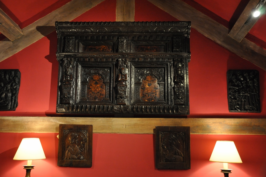 A FINE ELIZABETHAN OAK INLAID OVERMANTLE. YORKSHIRE. CIRCA 1580.