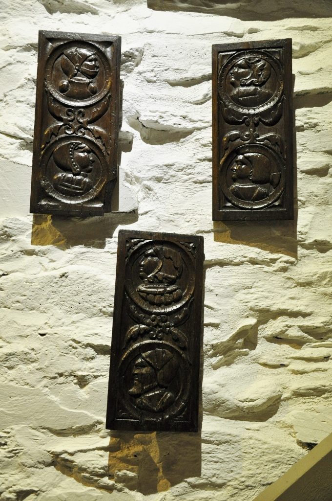 A FINE SET OF THREE EARLY 16TH CENTURY CARVED OAK PANELS. CIRCA 1520.
