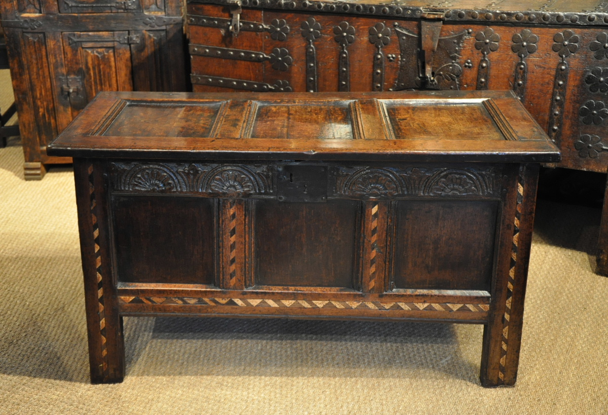 A GOOD CHARLES II CARVED OAK AND CHEQUER BANDED COFFER. ENGLISH. CIRCA 1660.