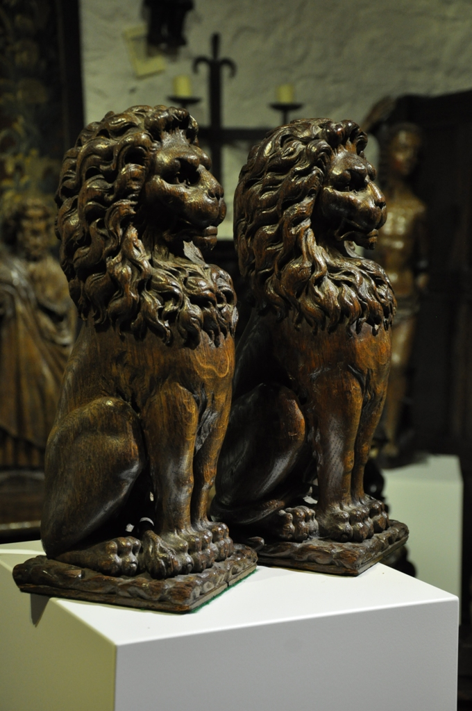 A HANDSOME PAIR OF EARLY 17TH CENTURY ENGLISH OAK LION NEWEL POST FINIALS. CIRCA 1640.