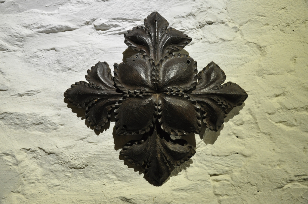 A LARGE LATE MEDIEVAL ENGLISH OAK CEILING BOSS. WEST COUNTRY. CIRCA 1480.