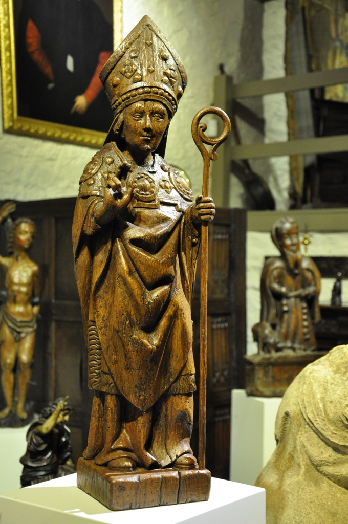 A LATE 15TH CENTURY NORMAN OAK SCULPTURE OF A BISHOP / SAINT. CIRCA 1480.