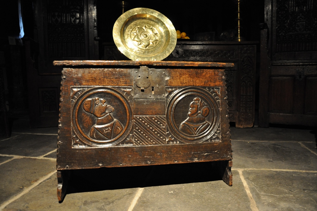 A MAGNIFICENT AND RARE SMALL TUDOR OAK CHEST OF UNUSUAL TAPERED FORM. ENGLISH. CIRCA 1530.