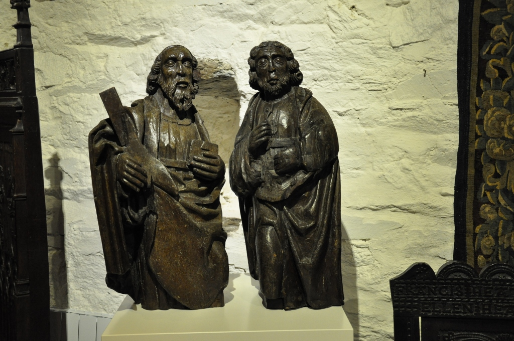 A MAGNIFICENT PAIR OF 15TH CENTURY ENGLISH OAK SCULPTURES OF ST PETER AND ST ANDREW. CIRCA 1450.
