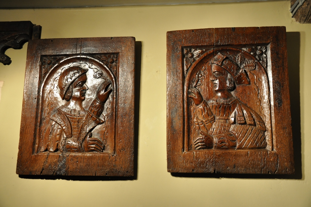 A PAIR OF 16TH CENTURY ENGLISH OAK MARRIAGE PANELS. CIRCA 1550.