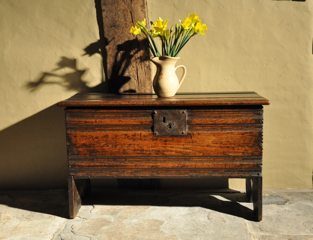 A PLEASING LATE 16TH/ EARLY 17TH CENTURY SMALL OAK PLANKED COFFER. ENGLISH. CIRCA 1600.