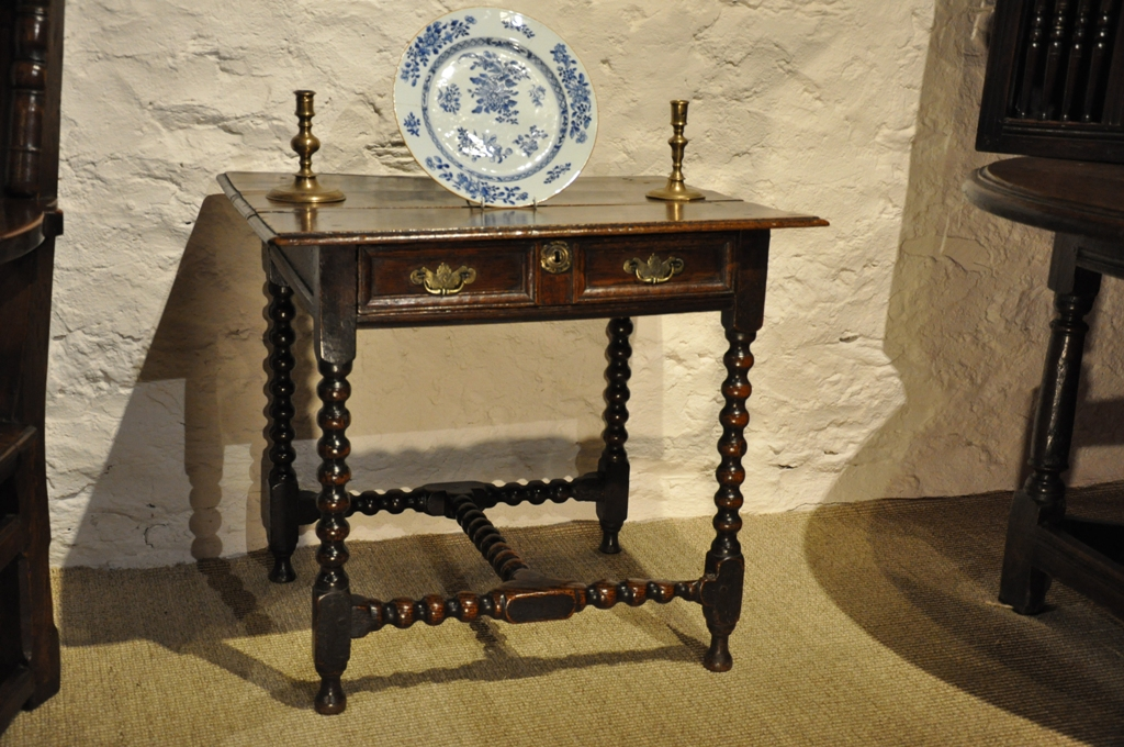 A PRETTY LATE 17TH CENTURY OAK SIDE TABLE. ENGLISH. CIRCA 1690.