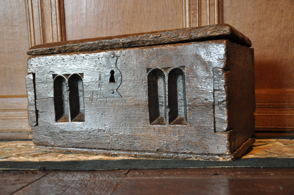 A RARE 16TH CENTURY SCOTTISH OAK CHALICE BOX. CIRCA 1550.
