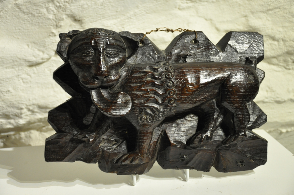 A RARE AND ATTRACTIVE LATE 15TH CENTURY ENGLISH OAK LION CEILING BOSS. CIRCA 1500.