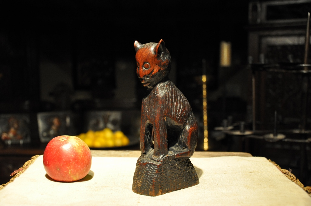 A RARE AND BEAUTIFULLY TACTILE 17TH CENTURY ENGLISH SCULPTURE OF A SEATED CAT.