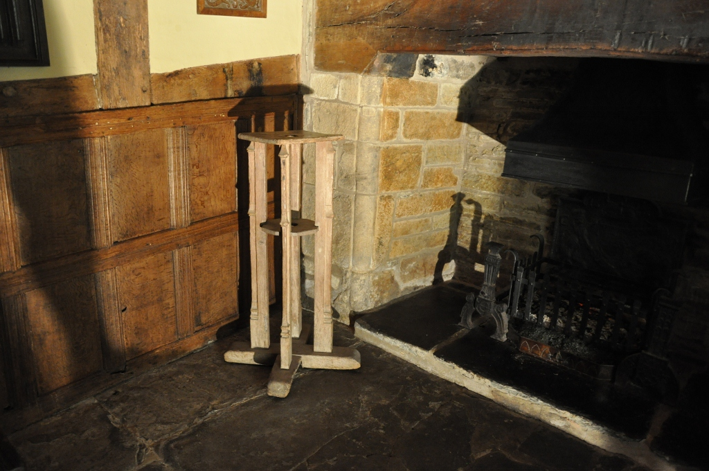 A RARE EARLY 16TH CENTURY OAK MACE STAND. CIRCA 1500.