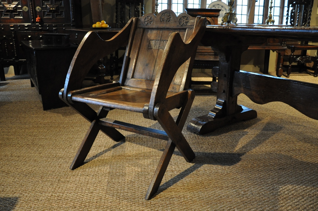 A RARE EARLY 17TH CENTURY ENGLISH OAK GLASTONBURY CHAIR. CIRCA 1620.
