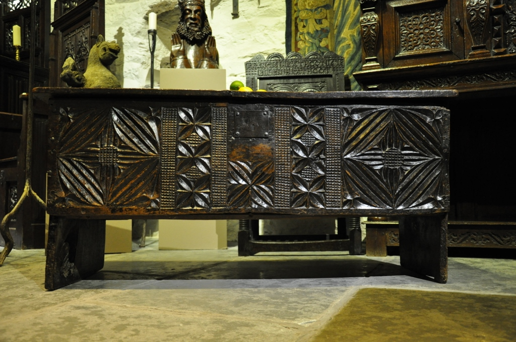 A RARE ENGLISH OAK BOARDED CHEST FROM THE LATE 15TH CENTURY. CIRCA 1480.