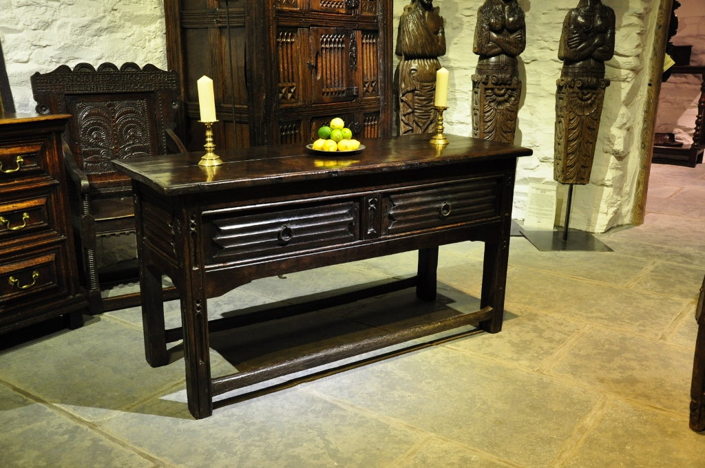 A RARE EXAMPLE OF AN EARLY 16TH CENTURY TUDOR OAK COUNTER / CENTRE TABLE. ENGLISH. CIRCA 1520.