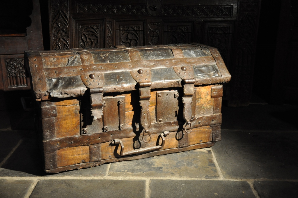 A RARE LATE 15TH/ EARLY 16TH CENTURY ENGLISH ELM, LEATHER AND IRON BOUND STANDARD. CIRCA 1500.