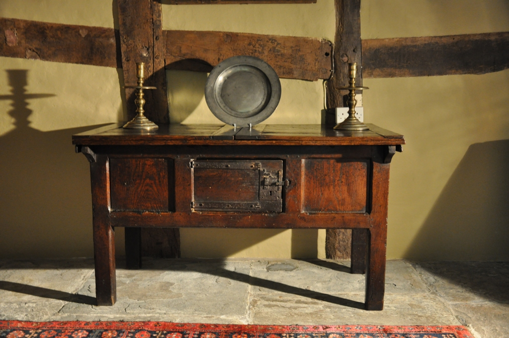 A  RARE LATE MEDIEVAL OAK HUTCH TABLE. ENGLISH. CIRCA 1490-1500.