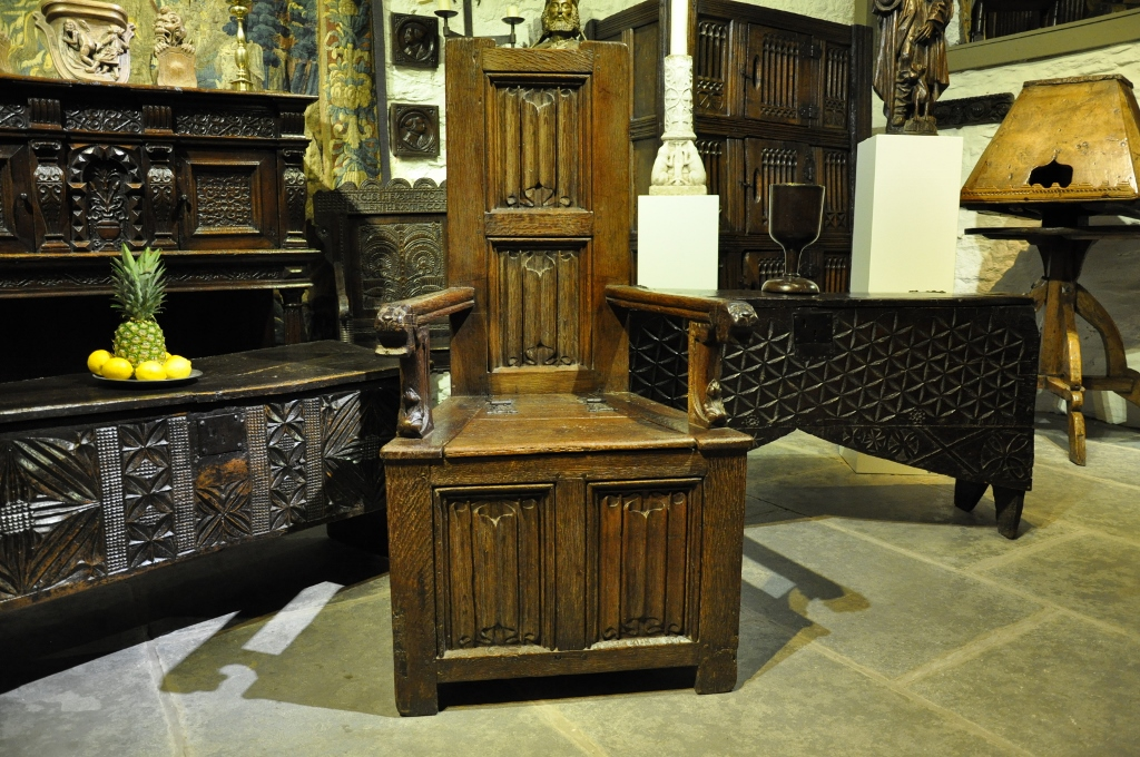 A RARE MID 16TH CENTURY ENGLISH OAK BOX SEATED LINENFOLD CAQUETEUSE TYPE ARMCHAIR. CIRCA 1570.