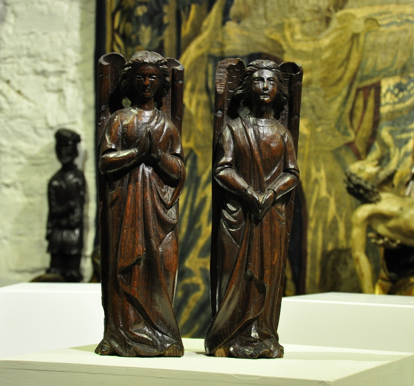 A RARE PAIR OF EARLY 16TH CENTURY ENGLISH OAK ROOF ANGELS. CIRCA 1500.