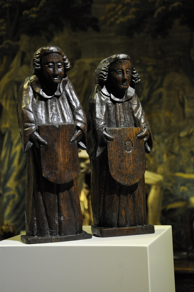 A RARE PAIR OF LATE 15TH / EARLY 16TH CENTURY ENGLISH CARVED OAK ROOF ANGELS. CIRCA 1480/1500.