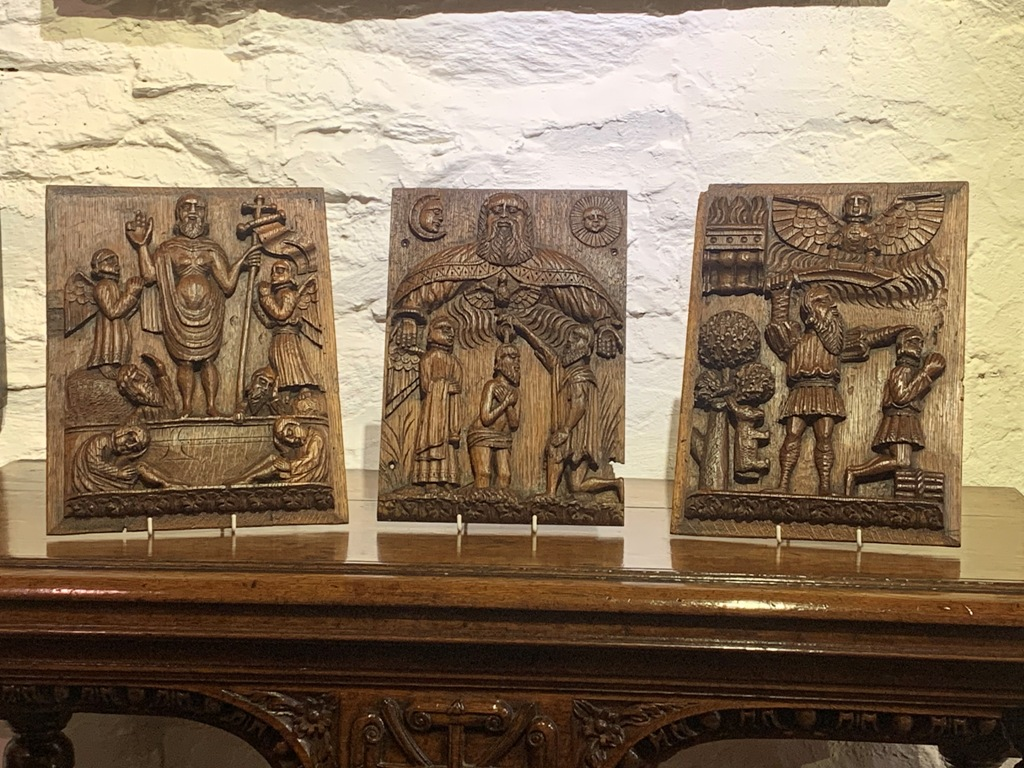 A RARE SET OF THREE 16TH CENTURY ENGLISH TUDOR OAK PANELS. CIRCA 1520.