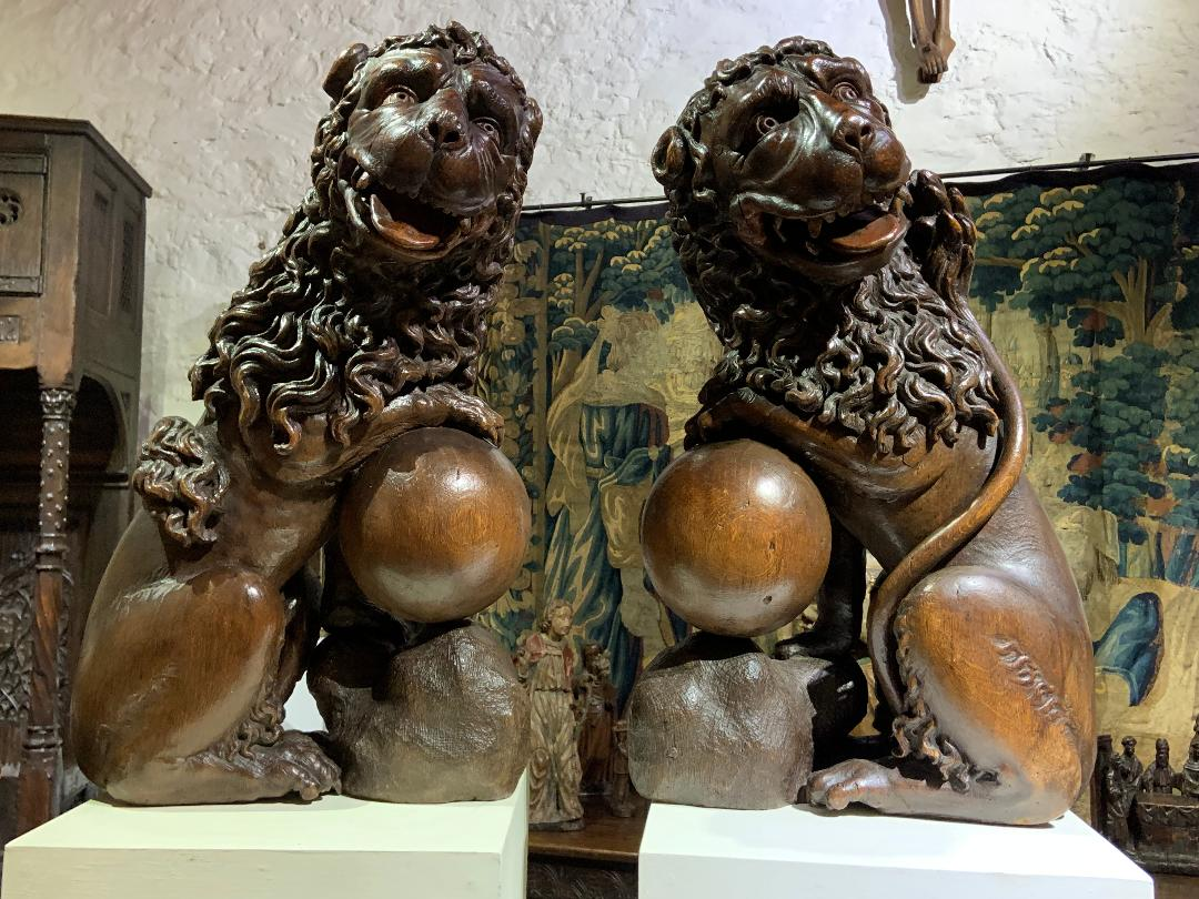 A STUNNING PAIR OF LARGE 17TH CENTURY ENGLISH CARVED OAK LIONS. CIRCA 1650.