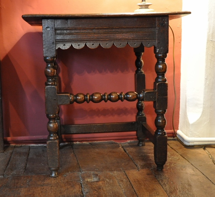 A VERY PRETTY CHARLES II OAK SIDE TABLE / OCCASIONAL TABLE.