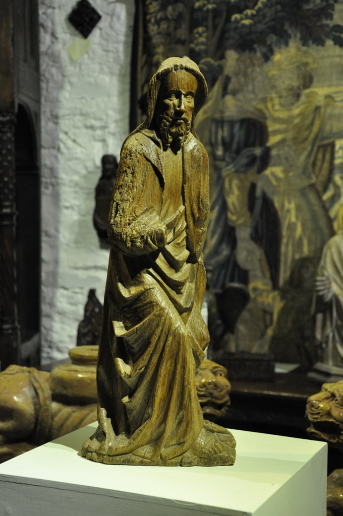 A WONDERFUL EARLY 15TH CENTURY ENGLISH OAK SCULPTURE OF A ROBED CHRIST . CIRCA 1420.