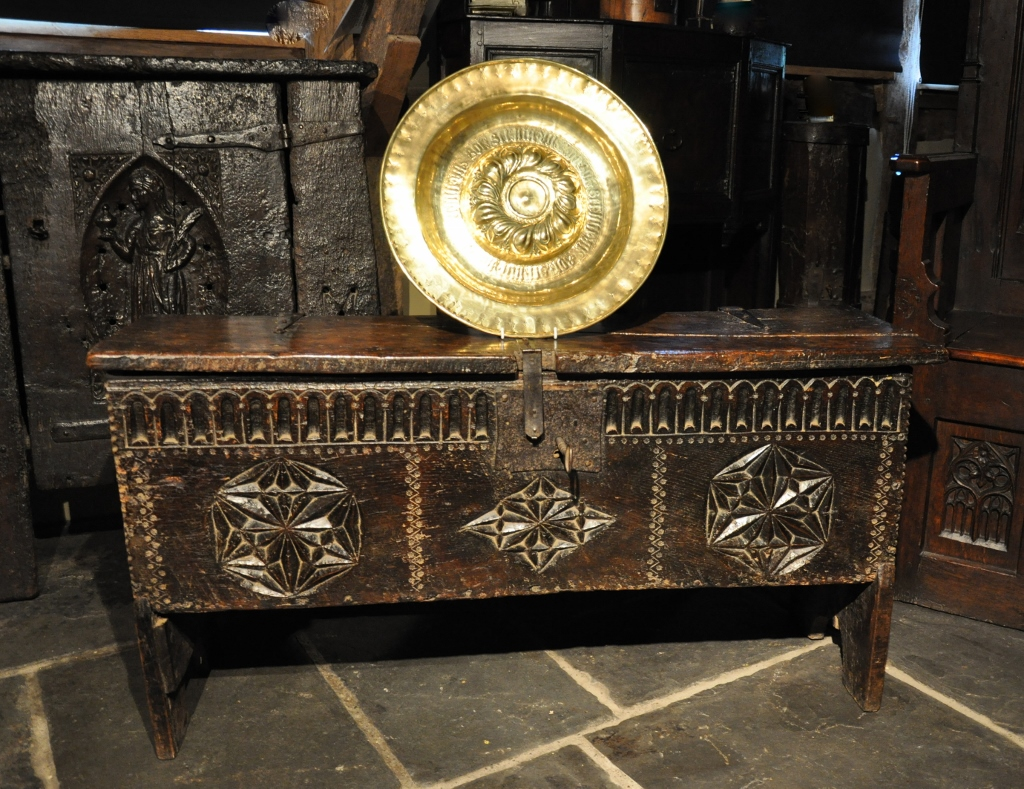 A WONDERFUL HENRY VIII TUDOR OAK BOARDED CHEST. ENGLISH. CIRCA 1540.