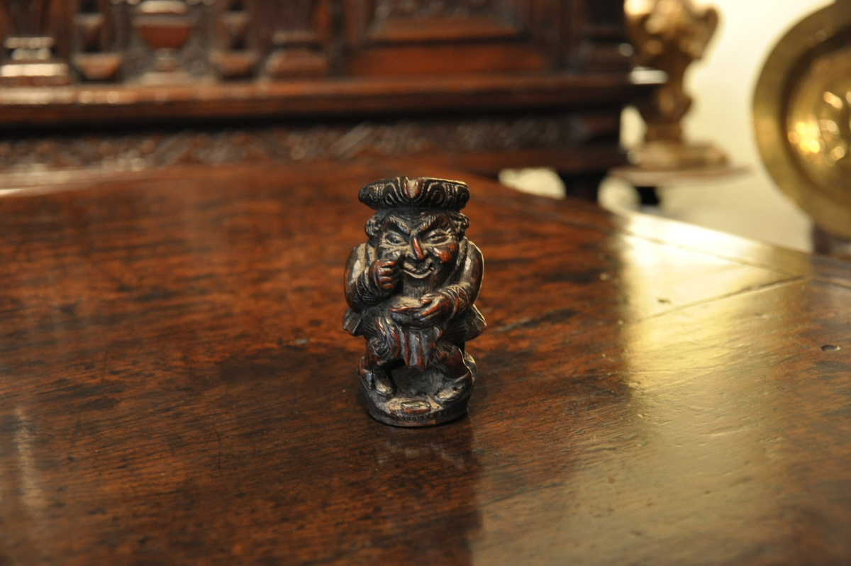 A WONDERFUL WELL CARVED 18TH CENTURY FRUITWOOD FIGURE OF A SNUFF TAKER. CIRCA 1750.
