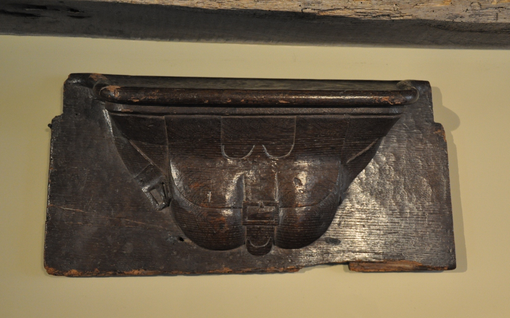 AN EARLY 16TH CENTURY CARVED OAK MISERICORD. CIRCA 1520.