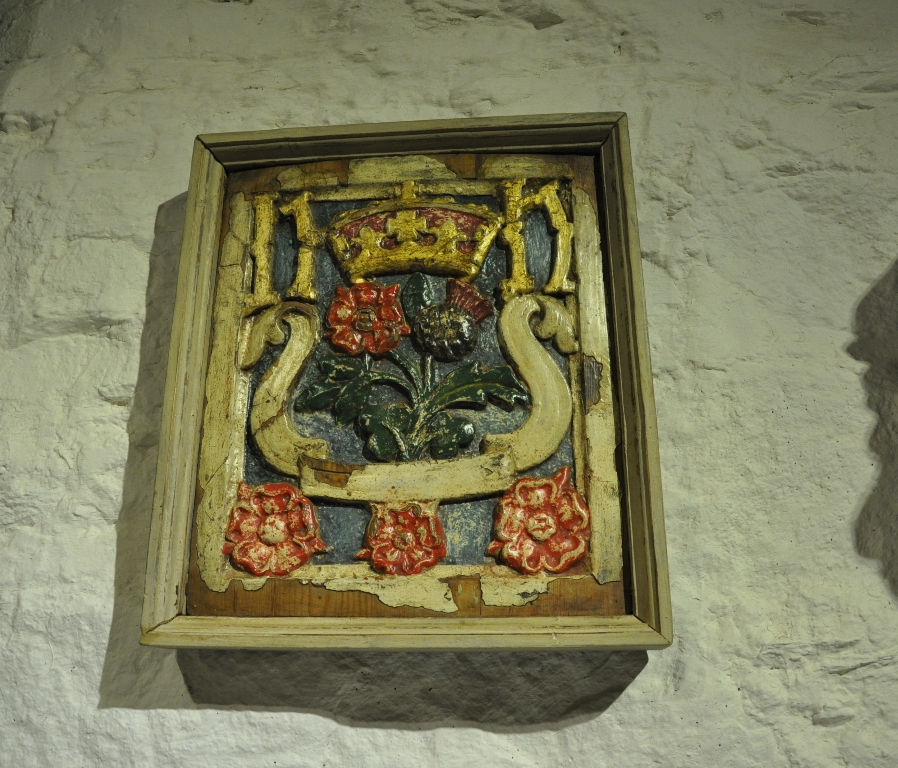 AN EARLY 16TH CENTURY RARE SCOTTISH CARVED AND POLYCHROMED PANEL. CIRCA 1520.
