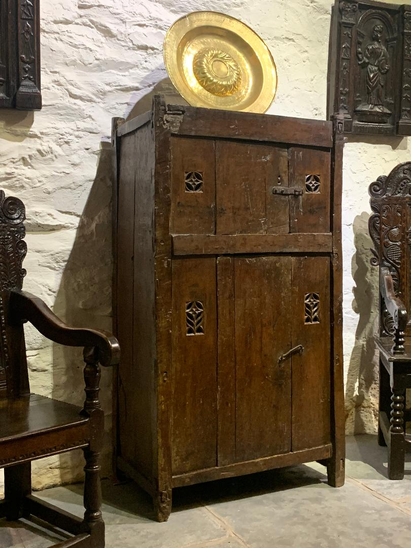 AN EXTREMELY RARE AND ATTRACTIVE LATE 15TH/EARLY 16TH CENTURY GOTHIC OAK AUMBRY. ENGLISH / WELSH BORDERS. CIRCA 1500.